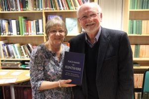 Hywel Wyn Owen ac Eirlys Gruffydd-Evans, gweddw Ken Lloyd Gruffydd, cydawdur y gyfrol